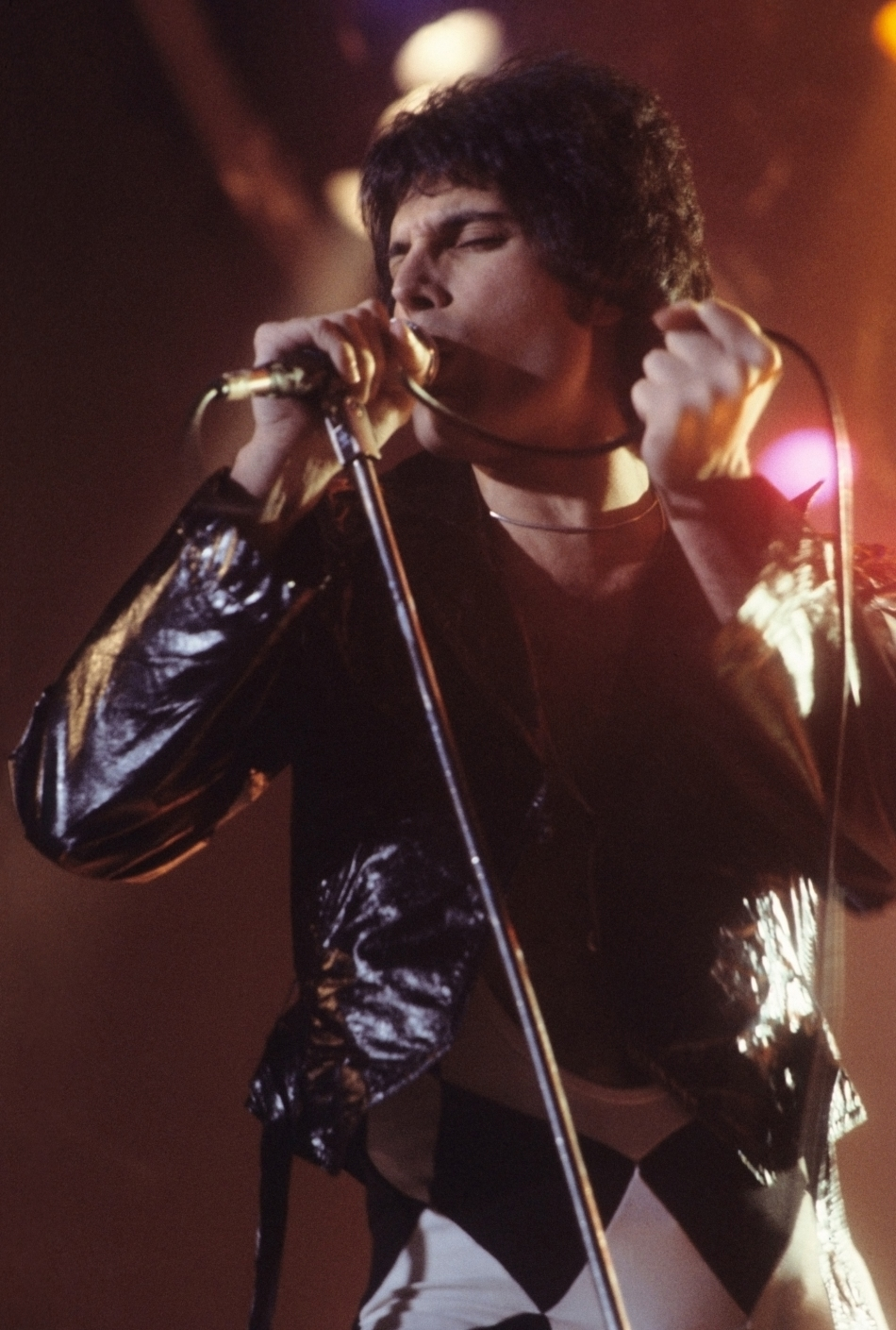 Freddie_Mercury_performing_in_New_Haven,_CT,_November_1977.jpg